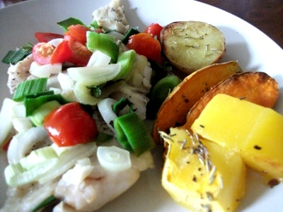 fish fillet with leek and tomatoes